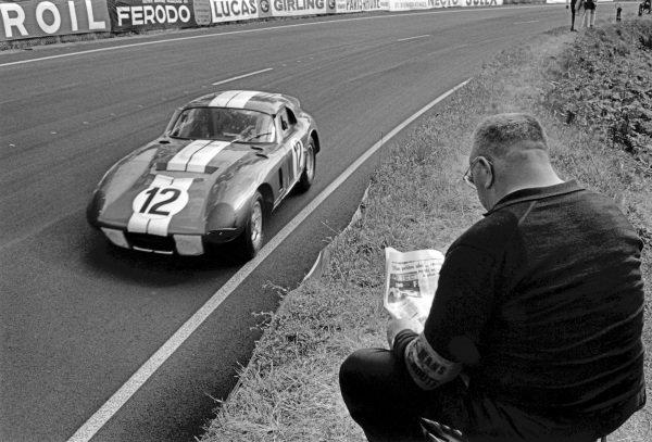 Le Mans, France. 19th - 20th June 1965.Jo Schlesser/Allan Grant (AC Cobra Daytona Coupe), retired, action. World Copyright: LAT Photographic.Ref:  L65 - 268 - 33.
