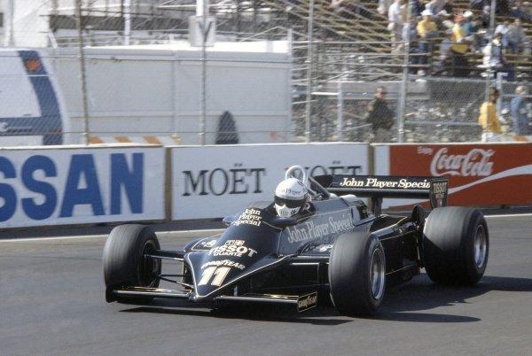 1981 Las Vegas Grand Prix.Caesar's Palace, Las Vegas, Nevada, USA. 15-17 October 1981.Elio de Angelis (Lotus 87-Ford Cosworth), retired.World Copyright: LAT PhotographicRef: 35mm transparency 81LV26
