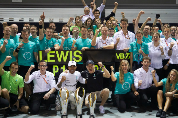 Marina Bay Circuit, Marina Bay, Singapore. Sunday 17 September 2017. Lewis Hamilton, Mercedes AMG, 1st Position, Valtteri Bottas, Mercedes AMG, 3rd Position, and the Mercedes team celebrate victory. World Copyright: Steve Etherington/LAT Images  ref: Digital Image SNE19547