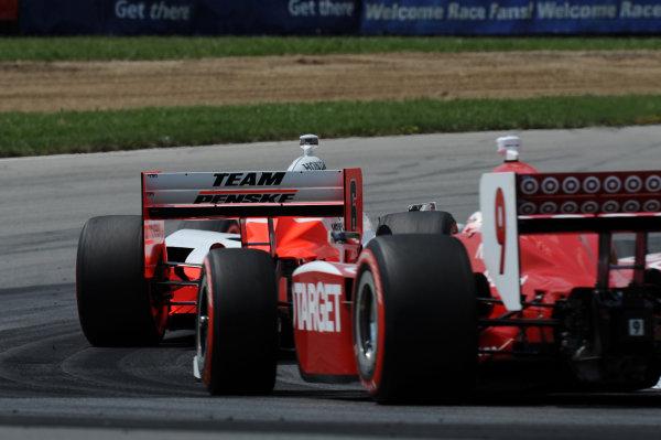Ryan Briscoe (AUS) Team Penske, leads race winner Scott Dixon (NZL), Target Ganassi Racing.IndyCar Series, Rd13, Honda Indy 200, Mid Ohio Sports Car Course, Lexington, OH, USA. 7-9 August 2009.