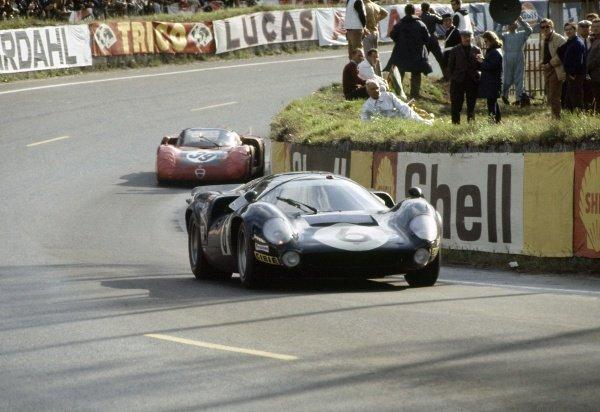 1968 Le Mans 24 hours. Le Mans, France. 28-29 September 1968. Jacky Epstein/Edward Nelson (#6 Lola T70 Mk3-Chevrolet) leads Ignazio Giunti/Nanni Galli (#39 Alfa Romeo T33/2), 4th position. World Copyright: LAT Photographic Ref: 68LM20