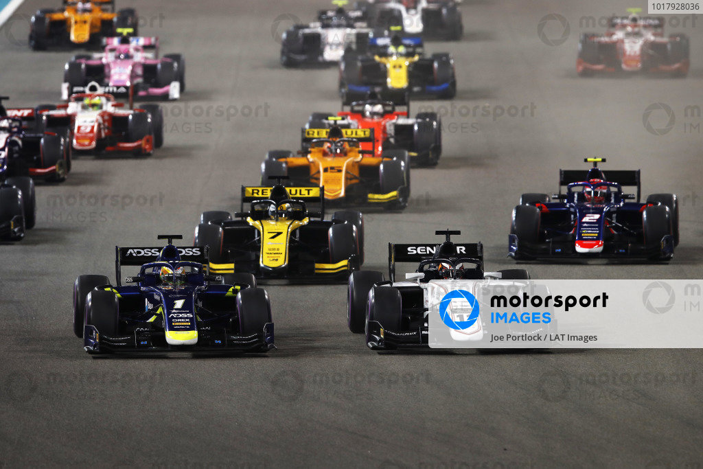 Louis Deletraz (CHE, CARLIN), and Callum Ilott (GBR, SAUBER JUNIOR TEAM BY CHAROUZ), lead at the start of the race