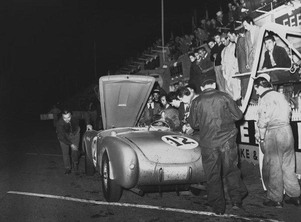 1952 Le Mans 24 hours. Le Mans, France. 14th - 15th June 1952. Luigi Chinetti /Jean Lucas (Ferrari 340 America), DQ, pit stop action. World Copyright: LAT Photographic Ref: Autocar Glass Plate C32727.