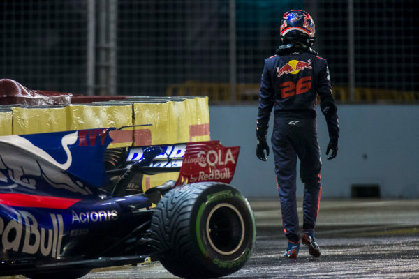 Marina Bay Street Circuit, Marina Bay, Singapore. Sunday 17 September 2017. Daniil Kvyat, Toro Rosso, walks away from his crashed car. World Copyright: Zak Mauger/LAT Images ref: Digital Image _X0W5978