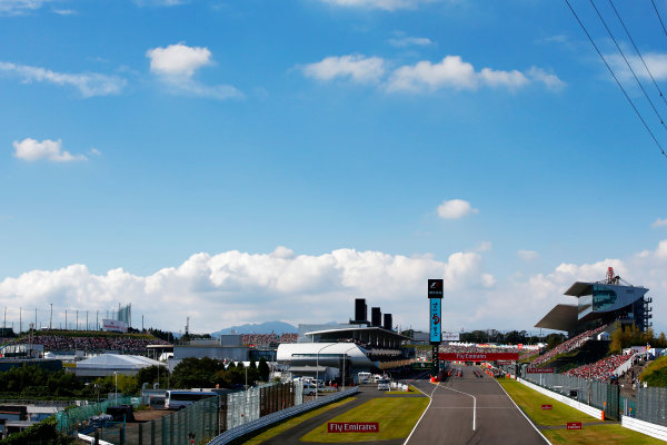 Suzuka Circuit, Japan. Sunday 08 October 2017. The grid forms ahead of the parade lap. World Copyright: Andy Hone/LAT Images  ref: Digital Image _ONY8602