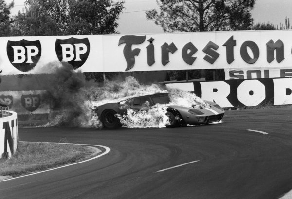 Le Mans, France. 10-11 June 1967 Mike Salmon (Ford GT40) in flames after crashing. Salmon suffered burns in the fire, action. World Copyright: LAT Photographic Ref:  L67 - 414 - 21.