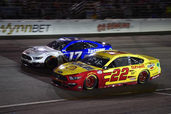 #22: Joey Logano, Team Penske, Ford Mustang Shell Pennzoil, #17: Chris Buescher, Roush Fenway Racing, Ford Mustang Fastenal