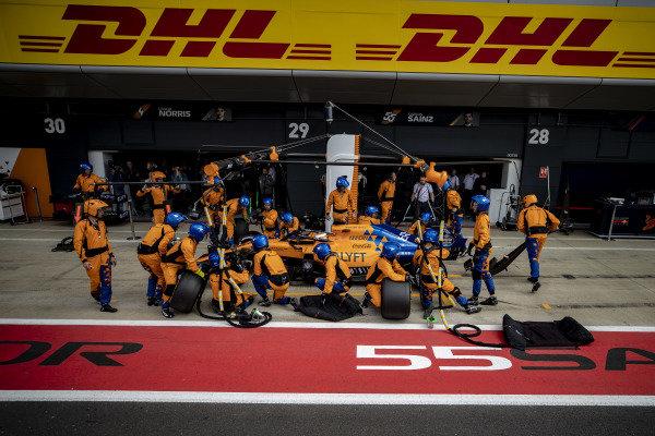 Carlos Sainz Jr., McLaren MCL34, pit stops