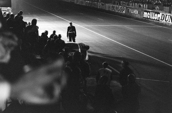 Chris Amon / Nino Vaccarella, Scuderia Ferrari, Ferrari 330P4, in the pits.