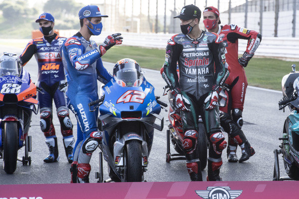 Fabio Quartararo, Petronas Yamaha SRT looking at Alex Rins, Team Suzuki MotoGP bike