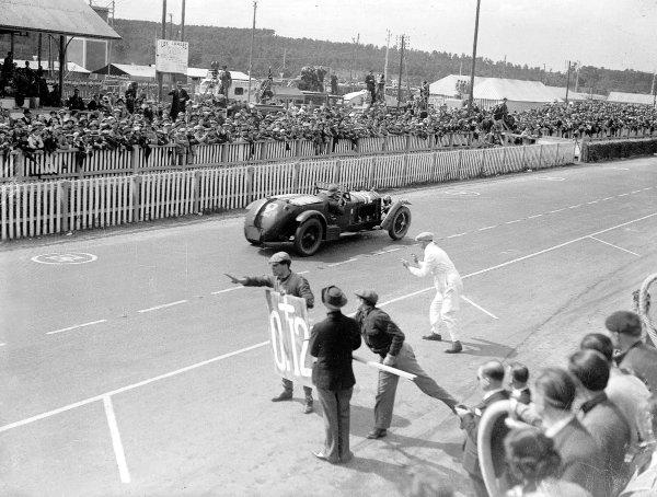 "Le Mans, France. 15-16 June 1935.Pierre-Louis Dreyfus (""Helde"")/Henri Stoffel (Alfa Romeo 8C), 2nd position, passes the pits.Ref-Motor 800/99.World Copyright - LAT Photographic"