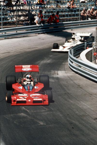 Monte Carlo, Monaco.31/5-3/6 1973.  Chris Amon (Tecno PA123B) leads Denny Hulme (McLaren M23 Ford).  Ref: 73MON31. World Copyright - LAT Photographic