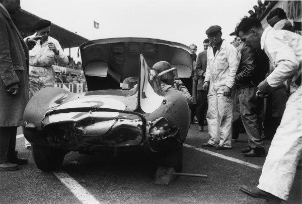 Reims, France. 4th July 1954 Tony Rolt/Duncan Hamilton (Jaguar D-type), 2nd position,  pit stop action. World Copyright: LAT Photographic Ref: 19A-20 - 202.