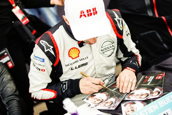 Sébastien Buemi (CHE), Nissan e.Dams, signs autographs