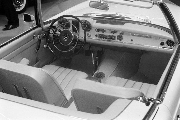 Mercedes-Benz 230SL interior