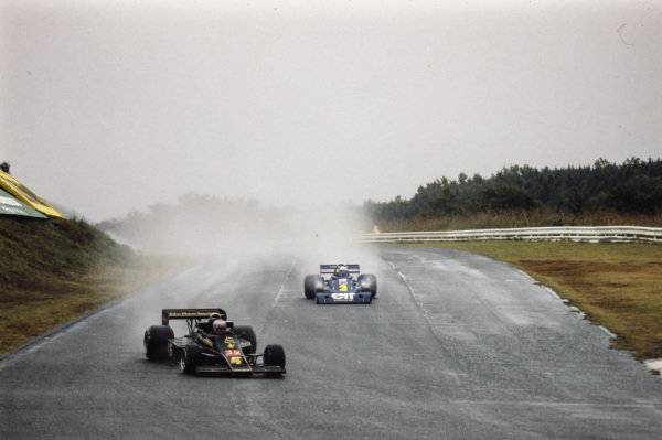 Mario Andretti, Lotus 77 Ford leads Patrick Depailler, Tyrrell P34 Ford.