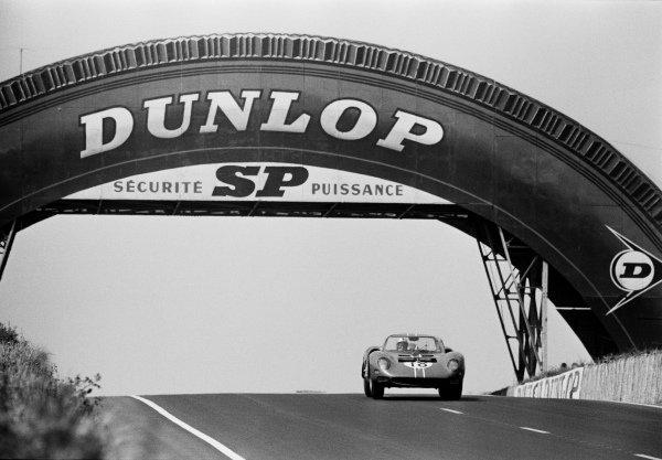 Pedro Rodriguez / Nino Vaccarella, North American Racing Team, Ferrari 365P2, at the Dunlop bridge.