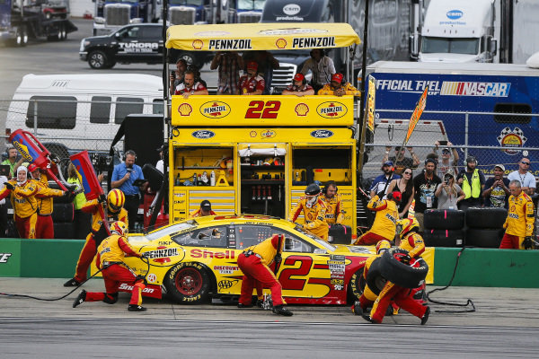 #22: Joey Logano, Team Penske, Ford Fusion Shell Pennzoil pit stop