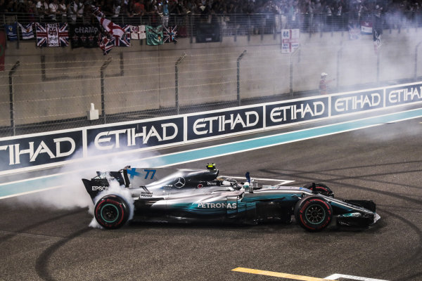 Race winner Valtteri Bottas (FIN) Mercedes-Benz F1 W08 Hybrid performs donuts in parc ferme at Formula One World Championship, Rd20, Abu Dhabi Grand Prix, Race, Yas Marina Circuit, Abu Dhabi, UAE, Sunday 26 November 2017.