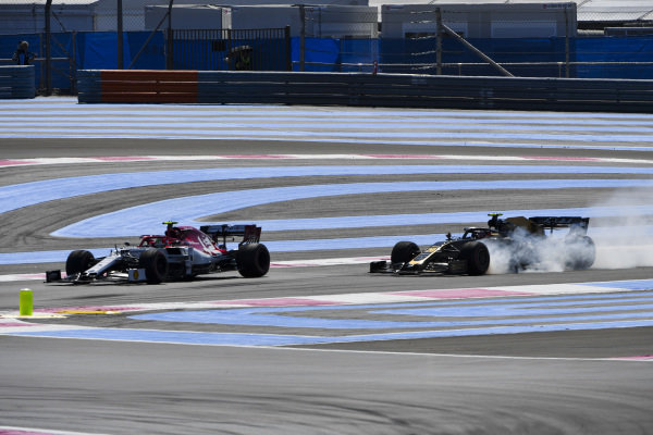 Antonio Giovinazzi, Alfa Romeo Racing C38, leads Kevin Magnussen, Haas VF-19