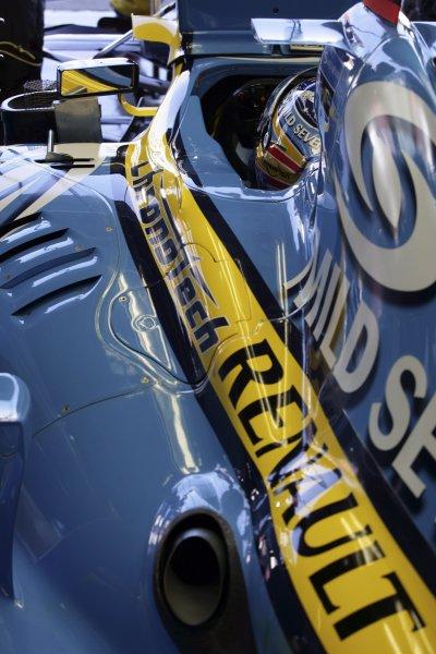 2006 Japanese Grand Prix - Saturday Qualifying Suzuka, Japan. 5th - 8th October 2006 Fernando Alonso, Renault R26, garage. World Copyright: Charles Coates/LAT Photographic. ref: Digital Image ZK5Y6896