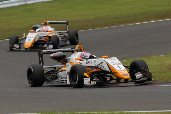 2017 Japanese Formula 3 Championship Sugo, Japan. 23rd - 24th September 2017. Rd 19 & 20. Rd19 Winner Sho Tsuboi ( #1 Corolla Chukyo Kuo TOM?S F317 ) 2nd position Ritomo Miyata ( Corolla Chukyo Kuo TOM?S F314 ) action World Copyright: Yasushi Ishihara / LAT Images. Ref: 2017_JF3_R19&20_003