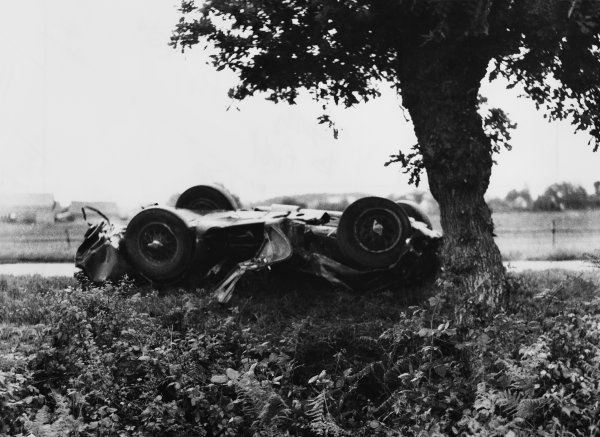 Le Mans, France. 12th - 13th June 1954.Jimmy Stewart/Graham Whitehead (Aston Martin DB3S), retired wreckage, action. World Copyright: LAT Photographic.Ref:  B/W Print.