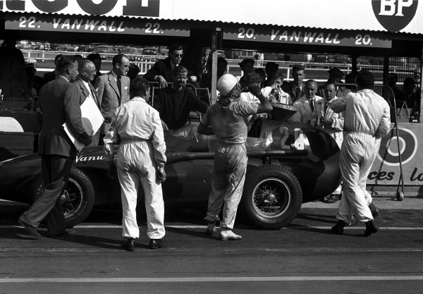 Aintree, England. 18-20 July 1957.Stirling Moss (Vanwall), 1st position, with Tony Brooks (in the centre) who gave up his car for Moss to drive after his car retired, action. World Copyright: LAT Photographic.Ref B/W Print
