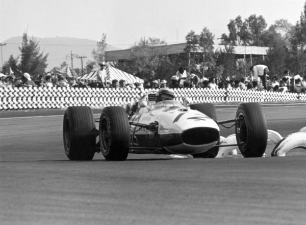 1966 Mexican Grand Prix.Mexico City, Mexico. 23 October 1966.Richie Ginther, Honda RA273, 4th position, action.World Copyright: LAT PhotographicRef: 1421/32