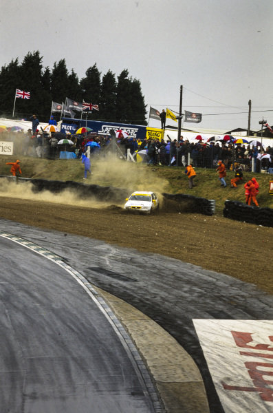 John Cleland, Vauxhall Sport, Vauxhall Cavalier 16v, goes off the track and hits the tyre barrier.