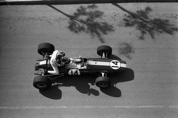 Graham Hill, Lotus 33 BRM, gives Jo Siffert a lift back to the pits during practice.