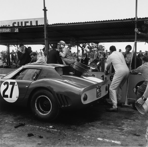 Goodwood, W Sussex, England. 29th August 1964.Innes Ireland (Ferrari 250 GTO), 6th position, in the pits, action.World Copyright: LAT Photographic.Ref: 26403