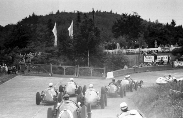 1954 German Grand Prix.Nurburgring, Germany.30/7-1/8 1954.The field enter the South Curve at the start.World Copyright - LAT Photographic
