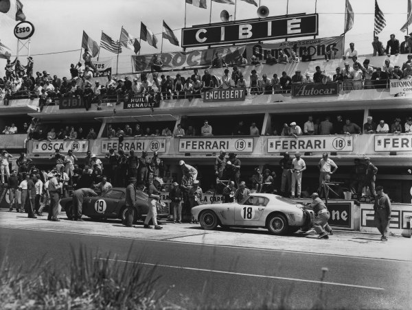 1960 Le Mans 24 hours. Le Mans, France. 25th - 26th June 1960. Ed Hugus / Augie Pabst (Ferrari 250 GT SWB), 7th position and George Arents / Alan Connell (Ferrari 250 GT SWB), 5th position, in the pits, action. World Copyright: LAT Photographic. Ref: B/WPRINT.
