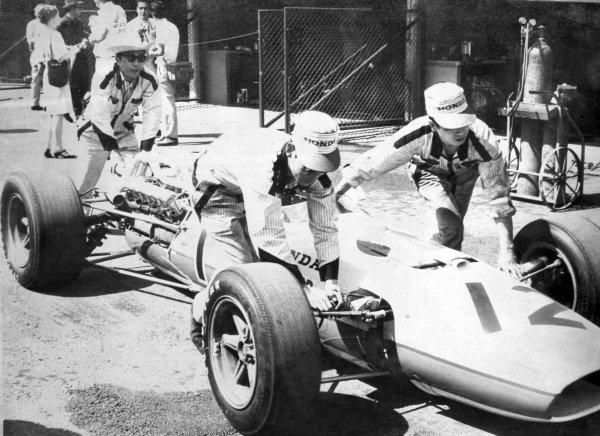 1966 Mexican Grand Prix.Mexico City, Mexico. 23 October 1966.Richie Ginther, Honda RA273, 4th position, mechanics, action.World Copyright: LAT PhotographicRef: b&w print