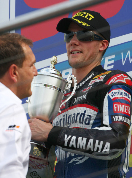 Donington Park, UK. 27th - 28th June 2009.  Ben Spies, Yamaha, receives the race 2 winner's trophy from Simon Gillett. Portrait.  World Copyright: Kevin Wood/LAT Photographic  Ref: Digital Image IMG_8152a