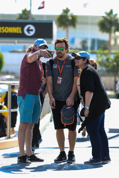 Fernando Alonso (ESP) McLaren fans selfie at Formula One World Championship, Rd20, Abu Dhabi Grand Prix, Race, Yas Marina Circuit, Abu Dhabi, UAE, Sunday 26 November 2017.