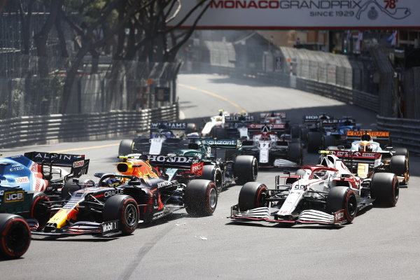 Sergio Perez, Red Bull Racing RB16B, leads Antonio Giovinazzi, Alfa Romeo Racing C41, Lance Stroll, Aston Martin AMR21, and the remainder of the field at the start