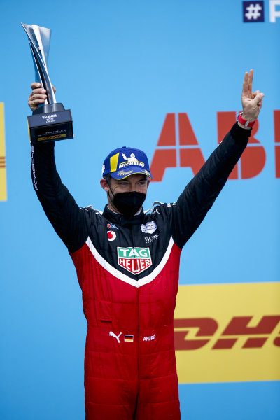 Andre Lotterer (DEU), Tag Heuer Porsche, 3rd position, with his trophy