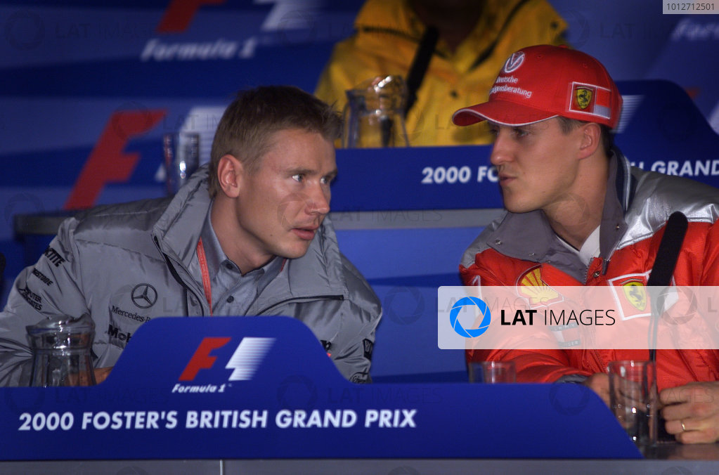 2000 British Grand Prix.Silverstone, England.21-23 April 2000.Mika Hakkinen (McLaren Mercedes) and Michael Schumacher (Ferrari) have a quick chat at a press conference.World Copyright - Steve Etherington/LAT Photographic18mb Digital