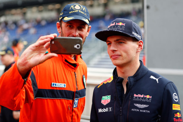 Monte Carlo, Monaco. Thursday 25 May 2017. Max Verstappen, Red Bull Racing, poses for a selfie with a marshal. World Copyright: Sam Bloxham/LAT Images ref: Digital Image _J6I0120