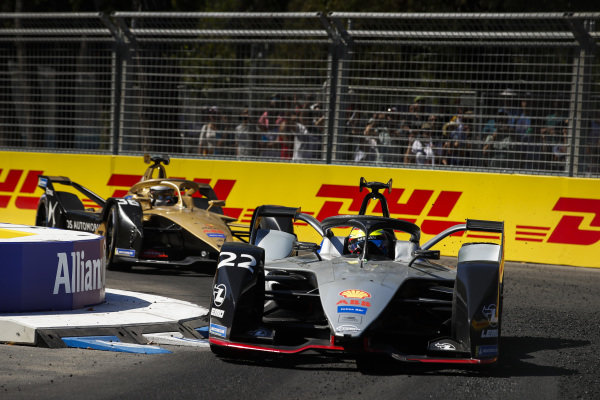 Oliver Rowland (GBR), Nissan e.Dams, Nissan IMO1 leads Andre Lotterer (DEU), DS TECHEETAH, DS E-Tense FE19