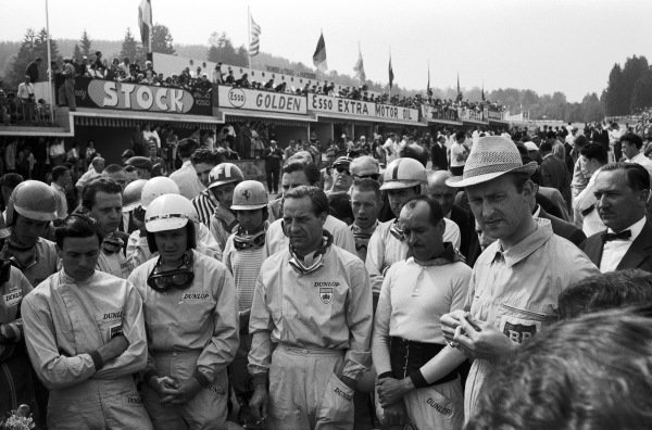 Jim Clark, Bruce McLaren, Innes Ireland, Maurice Trintignant and Carel Godin de Beaufort during the drivers' briefing. Visible behind are Tony Maggs, Giancarlo Baghetti, Jo Siffert, Ricardo Rodríguez, Graham Hill, Richie Ginther and Jack Brabham.