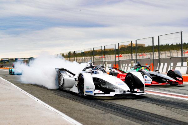 Edoardo Mortara (CHE) Venturi, EQ Silver Arrow 01, burn out in the pit lane next to Lucas Di Grassi (BRA), Audi Sport ABT Schaeffler, Audi e-tron FE06