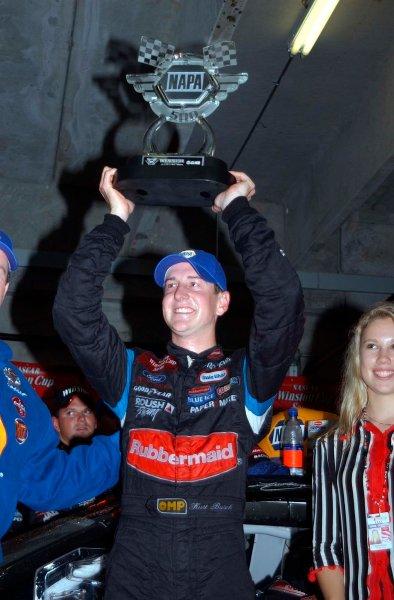 2002 NASCAR Atlanta Motor Speedway, October 25, 2002 NAPA 500/Aaron 's 312Kurt Busch holding up winning trophy,-Robt LeSieur2002LAT Photographic