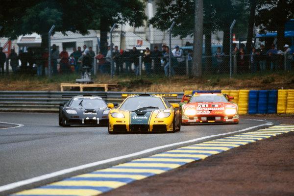 1995 Le Mans 24 Hours. Le Mans, France. 17th - 18th June 1995. Andy Wallace/Derek Bell/Justin Bell (McLaren F1 GTR), 3rd position, leads J.J. Lehto/Yannick Dalmas/Masanori Sekiya (McLaren F1 GTR), 1st position and Gary Ayles / Massimo Monti / Fabio Mancini (Ferrari F40 GTE), 18th position, action.  World Copyright: LAT Photographic.