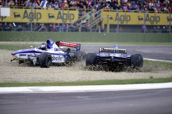 Damon Hill, Arrows A18 Yamaha, and Shinji Nakano, Prost JS45 Mugen-Honda, crash into the gravel.