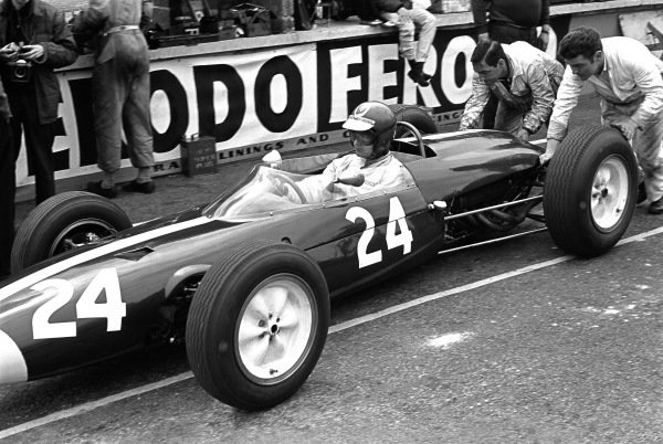 1964 British Grand Prix. Brands Hatch, England. 11th July 1964. Rd 5.  Peter Revson (Lotus 24-BRM), retired, pit lane action.  World Copyright: LAT Photographic.  Ref:  11057G_20A.