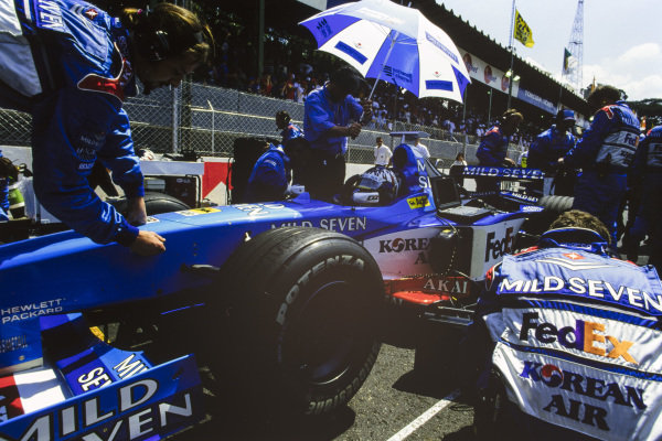 Alexander Wurz, Benetton B198 Playlife, on the grid.