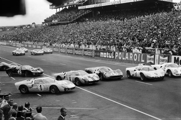 Cars are briefly five abreast at the start of the race as Ken Miles's Ford (no. 1) is passed by John Whitmore's Ford (no. 8), Mike Parkes' Ferrari (no. 20), Jo Bonnier's Chaparral-Chevrolet (no. 9) and Bob Bondurant's Ferrari (no. 18).